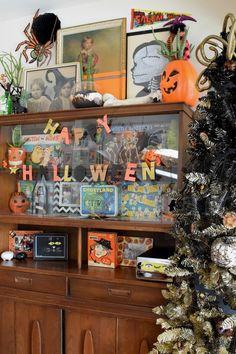 Halloween curio cabi