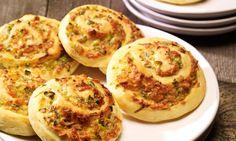 Pikante Erdnuss-Schnecken Rezept: pikanteHefeteig-Schnecken vegetarisch mit Erdnüssen, Frühlingszwiebelnund Käse - Eins von 5.000 leckeren, gelingsicheren Rezepten von Dr. Oetker!
