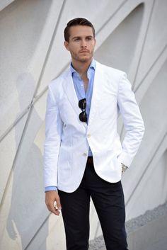 O público masculino se divide em dois tipos de homem: o que faz questão de vestir-se todo de branco no Ano-Novo e o que prefere algo leve, fresco e descontraído para o Réveillon, mas permite cores …