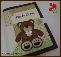 Capa para caderneta de vacinação ela possui dois bolsos internos para cartão de saúde e mais 01 bolso para receitas médicas, é super prática e muito fofa.   * Notebook Covers, Scrapbook Albums, Little Babies, Patches, Teddy Bear, Sewing, Toys, Fabric, Crafts