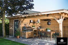 Voor deze tuinkamer (type Cannes) is uitsluitend eersteklas eikenhout gebruikt. De robuuste staanders met facetranden zijn geplaatst op betonnen sokkels. Samen met de rondgebogen schoren ondersteunen zij de dakconstructie met gefreesde gordingen.....