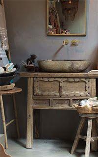 In combinatie met hout en een stenen wastafel. Op de wand Carte Colori Beton Ciré in de kleur Gritti. Foto gemaakt bij Parvani.