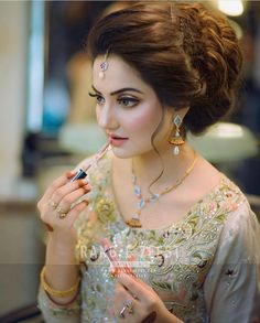 New Hairstyles For Indian Wedding Function ~ Magazzine Fashion Pakistani Bridal Hairstyles, Bridal Hairstyle Indian Wedding, Pakistani Bridal Makeup, Bridal Hair Buns, Pakistani Wedding Outfits, Bridal Outfits, Bride Hairstyles, Bridal Makeover, Bridal Photoshoot