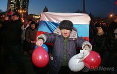 ウクライナ東部ドネツク(Donetsk)で、ロシア国旗の色の風船を手に親ロシア派の集会に参加する活動家(2014年3月14日撮影)。(c)AFP/ALEXANDER KHUDOTEPLY ▼14Mar2014AFP|ウクライナ東部のデモで衝突、1人死亡 http://www.afpbb.com/articles/-/3010309 #eastern_Ukraine #Donetsk