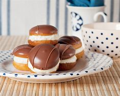 kok The recipe is in another language but I'm pinning this as a reminder because it looks goooooood! Greek Sweets, Greek Desserts, Greek Recipes, Fun Desserts, Sweets Recipes, Cooking Recipes, Christmas Dishes, Small Cake, My Best Recipe