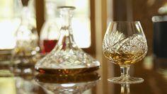 графин, виски, whisky, фужер, отражение, стол, размытость