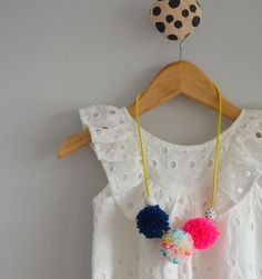 Handmade kids decor pieces - we like pompoms and tassels, oh yes! Pompom Necklace, Diy Necklace, Crochet Necklace, Jewelry Ideas, Diy Jewelry, Cardboard Dollhouse, Diy And Crafts, Crafts For Kids, Pom Pom Crafts