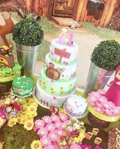 Inspiração super alegre para você que vai fazer uma festa com tema Masha e o Urso. Por @bianca_macola ... Masha And The Bear, Bear Party, Bear Birthday, Birthday Parties, Lily, Invitations, Cake, Prints, Ideas