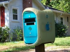 If you are looking for a creative way to recycle your old Mac computer, why not make a Mac mailbox? That's right, your old computer has a new use after all. Ways To Recycle, Reuse, Old Mac Computers, Alter Computer, Crazy Funny Pictures, Tech Art, Vintage Poster, Old Tv, Paint Cans