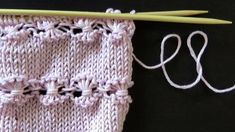 Korista kesäsukkien reuna tai peruspusero kauniilla kukkaraidoilla, jotka muodostuvat keskeltä yhteenkieputetuista pidennetyistä silmukoista. Mitten Gloves, Mittens, Korn, Hand Warmers, Knitted Hats, Knit Crochet, Knitting, Baby, House