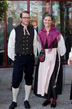 Crown Princess Victoria and Prince Daniel in costumes from Ockelbo. Foto: Charles Hammarsten.