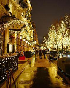 Avenue Montaigne Paris Noel Christmas, Christmas Images, Winter Christmas, Emilio Pucci, Beautiful Sites, Beautiful Places, Giuseppe Zanotti, Travel Around The World, Around The Worlds