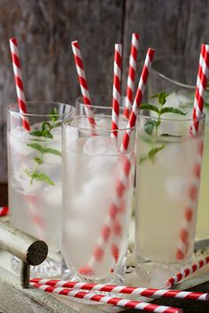 4 organic lemons 2 cm of fresh ginger 6 tablespoons of sugar fresh water and ice cubes mint leaves to serve Aussie Christmas, Summer Christmas, White Christmas, Holiday Fun, Christmas Baubles, Australian Christmas Food, Diy Christmas, Christmas Punch, Christmas Decorations Australian