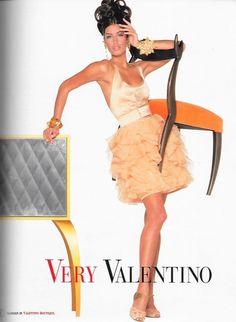 Yasmeen Ghauri for Valentino, 1992 Fashion 90s, Fashion Poses, Couture Fashion, Runway Fashion, Fashion Outfits, High Fashion, Fashion Trends, Very Valentino, Valentino Couture