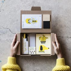 PINS01LOW Packaging Box, Brand Packaging, Wine Gift Baskets, Packaging Design Inspiration, Box Design, Diy Kits, Illustration, Branding Design, Stationery