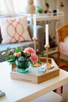 Cómo decorar la mesa de centro en el salón con bandejas, jarrones y candeleros