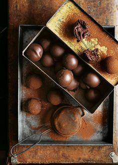 magnoliajones: Chocolate Caramel Truffle recipe from Donna Hay Chocolate Caramels, Chocolate Truffles, Chocolate Recipes, Chocolate Lovers, Chocolate Shop, Chocolate Chocolate, Köstliche Desserts, Delicious Desserts, Dessert Recipes