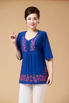 Blusón azulinos con bordados en el Canesú y bordes. Simple Dresses, Stylish Dresses, Fashion Dresses, Red Blouses, Blouses For Women, Blouse Styles, Blouse Designs, Casual Clothing Stores, Couture Beading