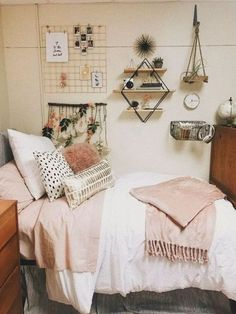 These boho dorm room ideas are literally the best I've seen this year!! #college #boho #dormroom Cool Dorm Rooms, College Dorm Rooms, Pink Dorm Rooms, Boho Dorm Room, College Room Decor, College Apartments, Pink Room, Dorm Room Wall Decorations, College Apartment Bedrooms