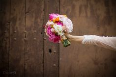 Cada ramo de novia es único. Hacemos fotos exclusivas de todos los detalles de tu boda que con tanto esmero has preparado. Disfruta de tu enlace, nosotros nos encargamos de que sonrías recordándolo.