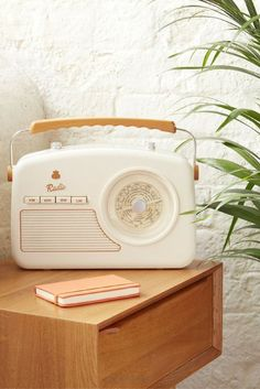 Vintage radio - Bonjour Bibiche concept store déco & cadeaux - - Radio vintage A radio design with a vintage look for a fifties lover! The retro radio is available in ivory white and drink on the eshop deco of Hello Bibiche ♥ - Retro Vintage, Deco Retro, Vintage Stil, Looks Vintage, Vintage Industrial, Vintage Decor, Vintage Designs, Industrial Desk, Industrial Living