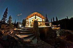 #1 Mike basich, voormalig professioneel snowboarder, die na zijn carrière een teruggetrokken bestaan leidt in de bergen van Californië. Hier heeft hij in vijf jaar tijd eigenhandig zijn huis gebouwd: zonder toilet, open haard of traditionele elektriciteit, maar met bubbelbad en eigen skilift