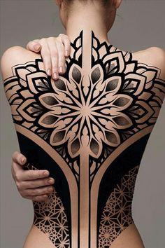 How to have a creative back tattoo - Abby FASHION STYLE Body Art Tattoos, Girl Tattoos, Sleeve Tattoos, Geometric Mandala Tattoo, Geometric Throat Tattoo, Tatuagem Diy, Backpiece Tattoo, Muster Tattoos, Tattoo Trend