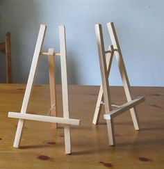 Easel - We've been doing quite a bit of painting around here lately Unlike the tones of drawing we'd been doing previously, painting especially Diy Easel, Wooden Easel, Wooden Diy, Wood Projects, Woodworking Projects, Wood Crafts, Diy And Crafts, Art Party, Diy Furniture