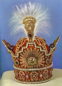 Корона иранских королей династии Пахлави. Была сделана в 1925 году. Основа - золото, серебро и красный бархат. Украшена 3380 бриллиантами