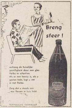 Advertentie Suriname, uit De Vrije Stem, 19 augustus 1970: man leest krant, vrouw brengt bier.