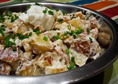 Cette salade de pommes de terre grillées et céleri-rave est un réconfort lorsqu'il fait froid! Et la vinaigrette faite avec de la crème sure est délicieuse.
