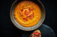 Opskrift på en varm og spicy græskarsuppe med basilikumolie og med to slags lune bruschetta som tilbehør.