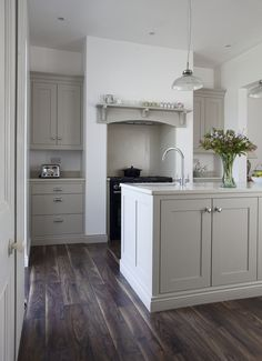 Painted kitchen cabinets colors - English kitchens design - Modern country kitchens - Home decor White Kitchen Cabinets, Painting Kitchen Cabinets, Kitchen Paint, Home Decor Kitchen, New Kitchen, Home Kitchens, Kitchen Grey, Grey Cabinets, Kitchen Units