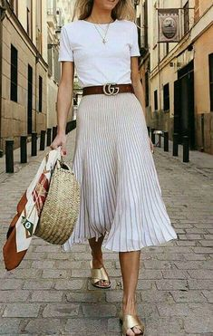 When we look at the latest outfit trends, one of the most popular and beloved styles is the pleated skirt outfit ideas. Especially in street style outfits Spring Street Style, Street Style Looks, Looks Style, Spring Summer Fashion, Spring Outfits, Spring Style, Summer Outfit, Boho Chic Outfits Summer, Long Skirt Outfits For Summer