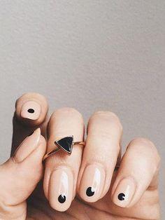 Pomysł na modny manicure - paznokcie w kropki