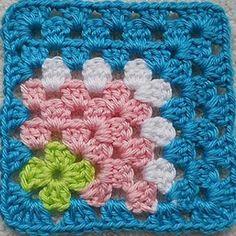 granny square scentrata Crochet Blocks, Crochet Motifs, Crochet Squares, Crochet Granny, Crochet Yarn, Love Crochet, Crochet Stitches, Crochet Crafts, Crochet Projects