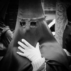 El penitente de la mano en el capuz