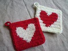 ハートのアクリルたわしを編みました。よく編んでいる「水玉模様」の編み方と同じで、表も裏も全く同じハートです。いつも水玉を編みながら、「そのうちハート型も・...