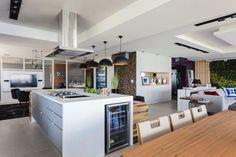 A evolução da cozinha ao longo dos anos, e a inserção das ilhas como forma de decoração e organização. Cozinhas com ilha para sua inspiração.