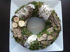 Krásny prírodný veniec z kôry, dreva a machu/ten je umelý/. Nádherne dotvorí vaše bývanie. Vyvolá krásne spomienky na prírodu....