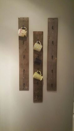 Diy coffee mug rack w/ pallet wood by dawn. Would be cute near a home/coffee bar station! Easy Home Decor, Cheap Home Decor, Diy Becher, Palette Deco, Diy Mugs, Mug Rack, Wood Pallets, Pallet Wood, Pallet Boards