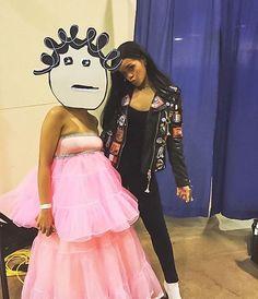 Olha uma fã que foi pro Meet & Greet fantasiada de... Rihanna! O rosto é a imagem que está no perfil do Instagram da cantora e o vestido é inspirado no de Giambattista Valli do Grammy de 2015! Amamos!