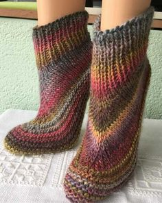 Your pretty slippers. A gift idea to put under the tree – socken stricken Knitted Mittens Pattern, Knitted Slippers, Knit Mittens, Knitted Blankets, Knitting Socks, Knitting Patterns Free, Free Knitting, Baby Knitting, Free Crochet