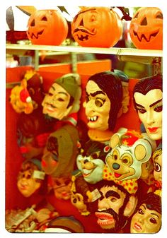 Halloween costume shopping in the 1970s | #Vintage #Halloween