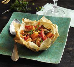 Gemüsegulasch im Vollkornstrudelschüsserl - für das ausführliche Rezept auf das Bild klicken!