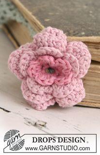 """Marcador de páginas DROPS en ganchillo / crochet, con flor en """"Safran"""". Diseño DROPS: Patrón No. E-161 ~ DROPS Design"""