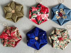 Hexagon or Octagon Petal Flowers – Link to printed and video tutorials – Origami World Fabric Christmas Decorations, Quilted Christmas Ornaments, Christmas Fabric, Christmas Crafts, Christmas Patterns, Christmas Things, Origami Quilt, Fabric Origami, Fabric Ribbon