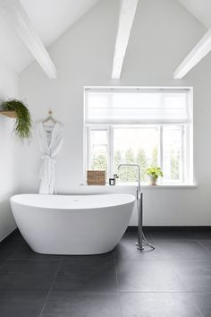 Aesthetically Stunning Scandinavian Bathroom Ideas For Your Inspiration Boho Bathroom, Chic Bathrooms, Budget Bathroom, Bathroom Styling, White Bathroom, Bathroom Interior Design, Master Bathroom, Bathroom Ideas, Country Style Bathrooms