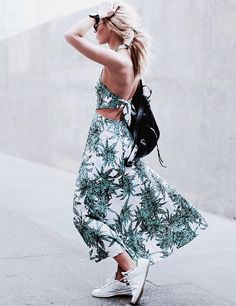 Accompagnée d'une paire de baskets, la robe de plage s'autorise une virée urbaine (blog Happily Grey)