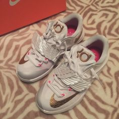 KD Aunt Pearls Worn once, not sure if I wanna let these go but they fit a little big  such beautiful shoes, love the details. No flaws, new Nike Shoes